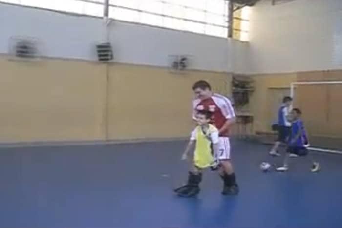 Pai cria bota especial para filho com paralisia poder jogar futebol 2