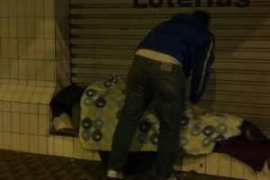 Quando compram um cobertor pra esquentar um morador de rua 6