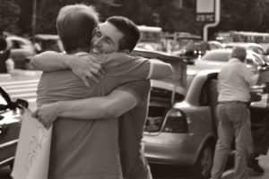 O poder de um abraço no meio da rua 2