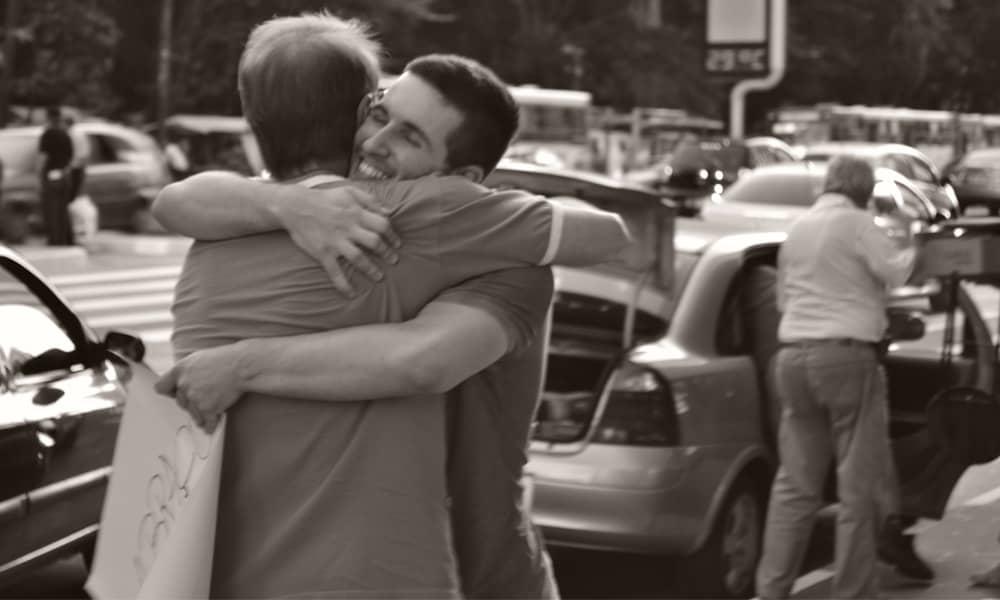 O poder de um abraço no meio da rua 10