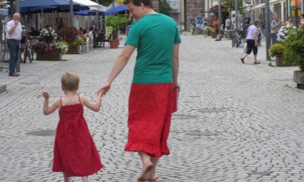 Alemão veste saias para apoiar filho de 5 anos que gosta de usar vestidos 3