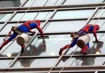 """""""Homem-aranha"""" limpa as janelas de um hospital de crianças 5"""