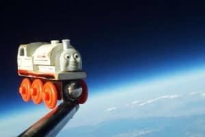 Pai faz o brinquedo favorito do filho conhecer o espaço 1