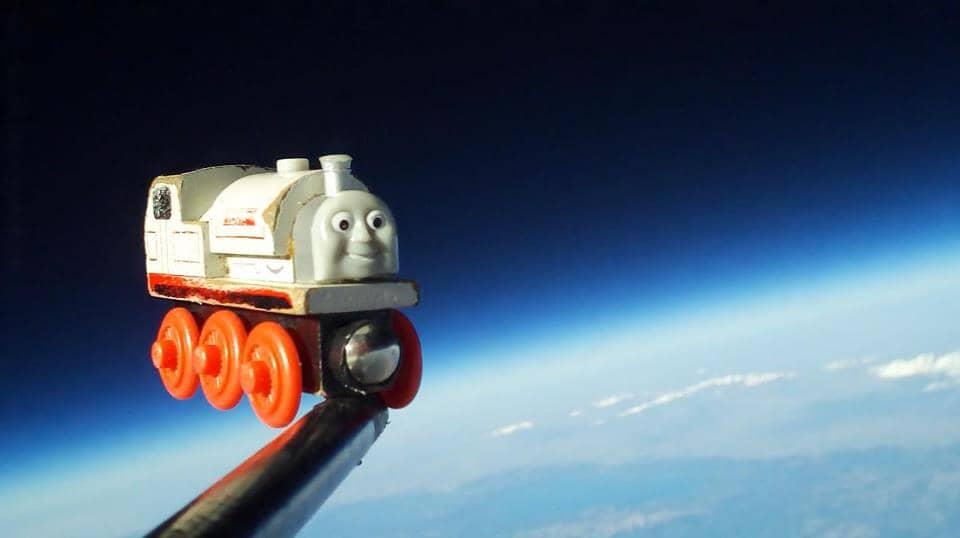 Pai faz o brinquedo favorito do filho conhecer o espaço 12