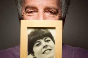 Ele reencontrou a dedicatória que fez para a falecida esposa em um livro em 1966 2