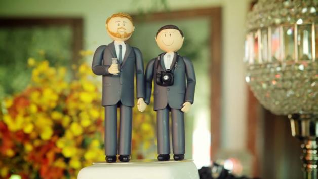 Os pais entram na cerimônia de casamento, de mãos dadas com eles 3