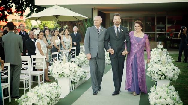 Os pais entram na cerimônia de casamento, de mãos dadas com eles 5