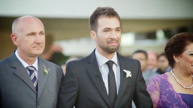 Os pais entram na cerimônia de casamento, de mãos dadas com eles 6