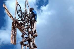 Jovem de 14 anos usa peças de sucata e cria um moinho de vento para levar energia para seu povoado 3