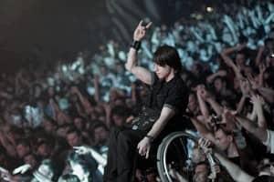 Falcão, do O Rappa, coloca cadeirante no palco durante o show! 1