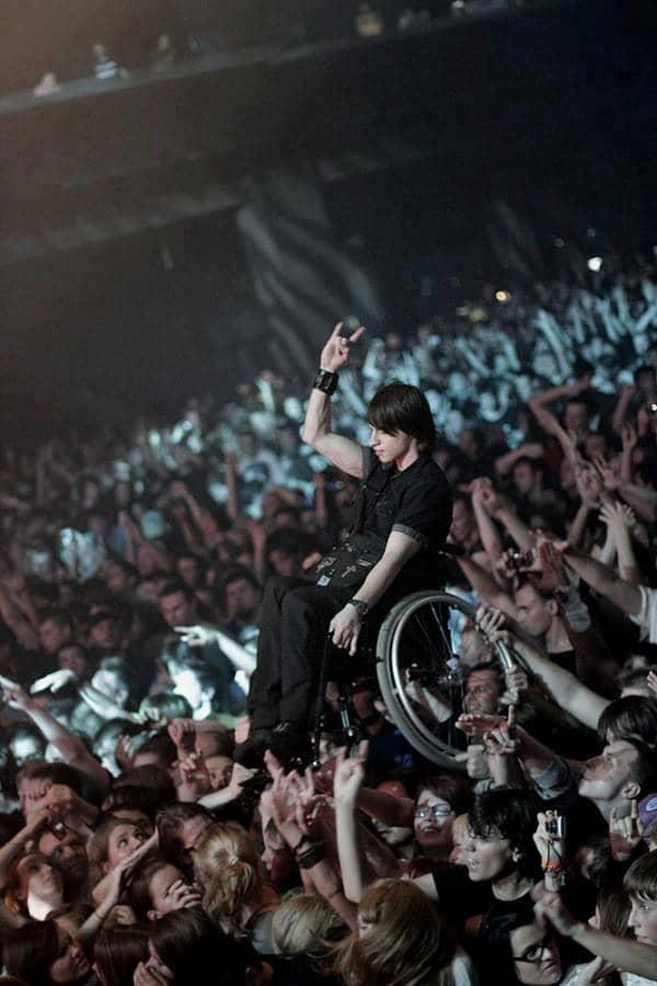 Falcão, do O Rappa, coloca cadeirante no palco durante o show! 4