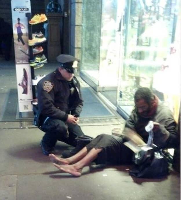 Foto de policial calçando mendigo comove nova-iorquinos 1