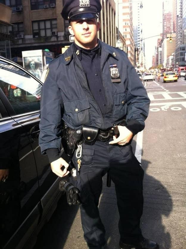 Foto de policial calçando mendigo comove nova-iorquinos 2