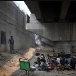 Escola debaixo da ponte dá educação de graça para crianças na Índia 1