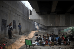 Escola debaixo da ponte dá educação de graça para crianças na Índia 2
