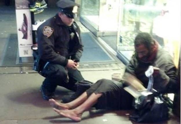 Foto de policial calçando mendigo comove nova-iorquinos 3