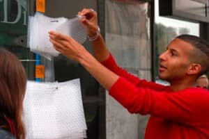 Que tal estourar plástico-bolha enquanto espera o ônibus? 1