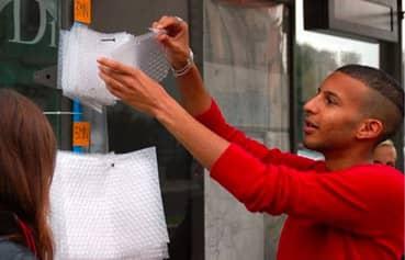 Que tal estourar plástico-bolha enquanto espera o ônibus? 3