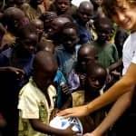 Desde os 6 anos este garoto ajuda a levar água para povoados na África 7