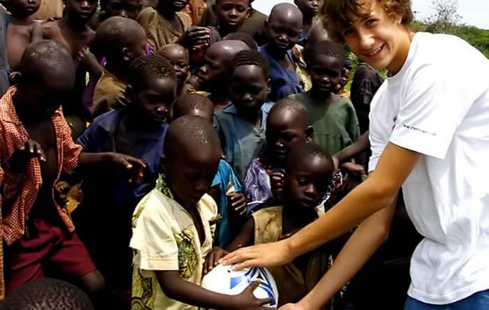 Desde os 6 anos este garoto ajuda a levar água para povoados na África 4