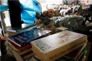 Conheçam bibliotecas feitas com livros achados no lixo  1