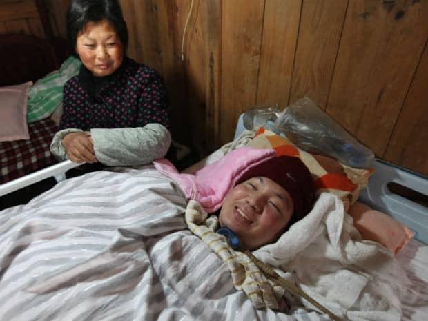 Casal mantém filho vivo bombeando saco ressuscitador 24 horas ao dia 3