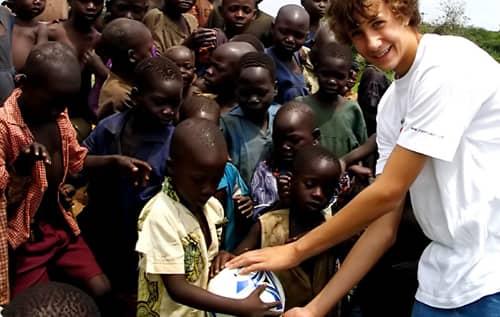 Desde os 6 anos este garoto ajuda a levar água para povoados na África 3