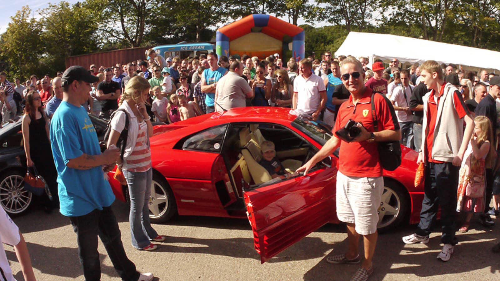 Pai realiza último desejo de filho ao reunir mais de 1.000 carros em encontro 6