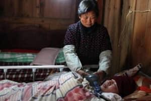 Casal mantém filho vivo bombeando saco ressuscitador 24 horas ao dia 1
