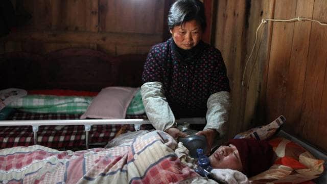 Casal mantém filho vivo bombeando saco ressuscitador 24 horas ao dia 7