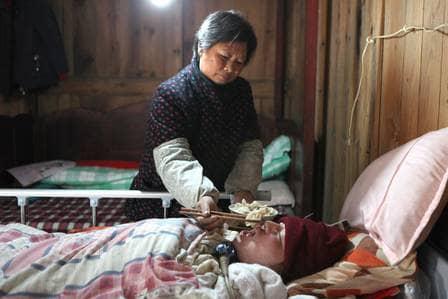 Casal mantém filho vivo bombeando saco ressuscitador 24 horas ao dia 6