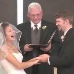 Noiva cai na risada em plena cerimônia de casamento 5