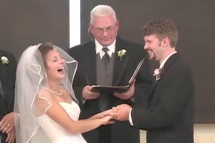 Noiva cai na risada em plena cerimônia de casamento 1