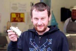 Rapaz cura a ressaca com ostra e encontra pérola rara 1