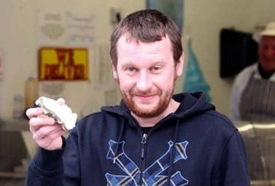 Rapaz cura a ressaca com ostra e encontra pérola rara 6