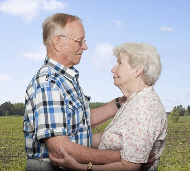 Fotógrafa registra a cumplicidade e a intimidade de casais idosos dançando 3