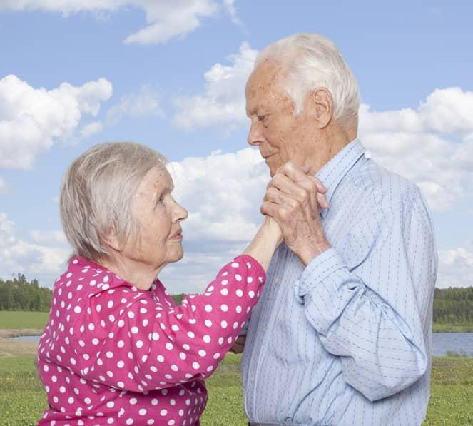 Fotógrafa registra a cumplicidade e a intimidade de casais idosos dançando 5