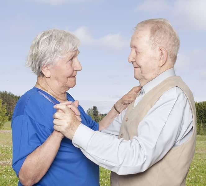 Fotógrafa registra a cumplicidade e a intimidade de casais idosos dançando 10