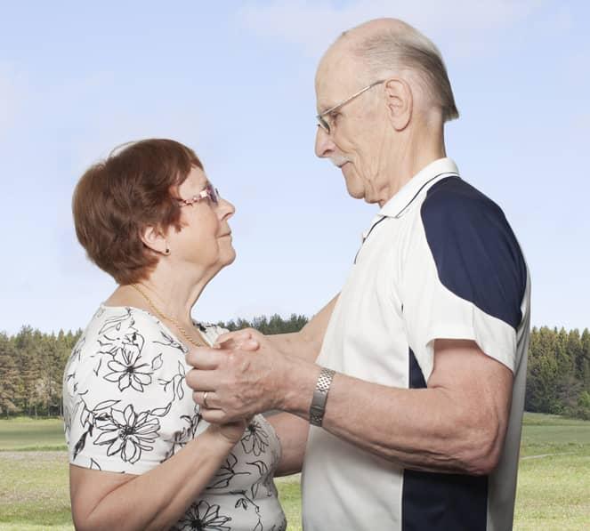 Fotógrafa registra a cumplicidade e a intimidade de casais idosos dançando 11