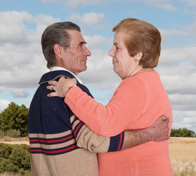 Fotógrafa registra a cumplicidade e a intimidade de casais idosos dançando 13