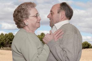 Fotógrafa registra a cumplicidade e a intimidade de casais idosos dançando 1