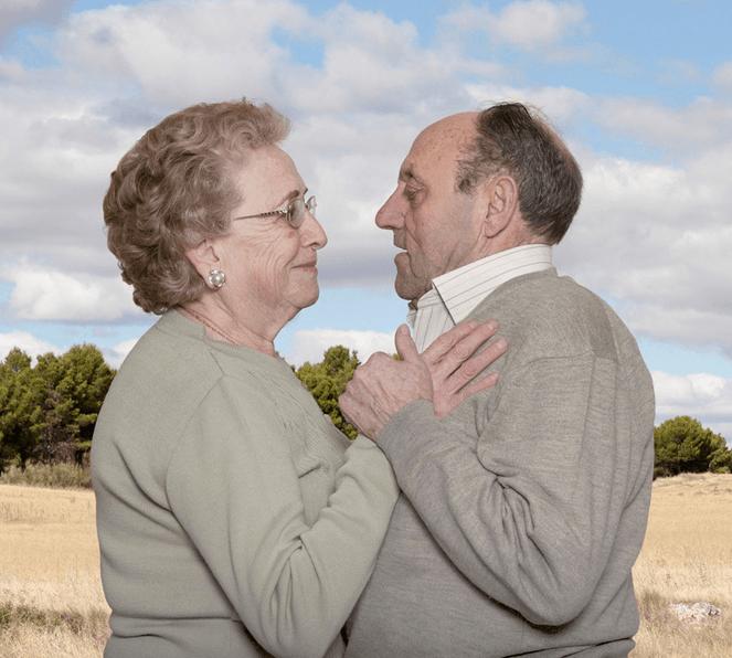 Fotógrafa registra a cumplicidade e a intimidade de casais idosos dançando 26