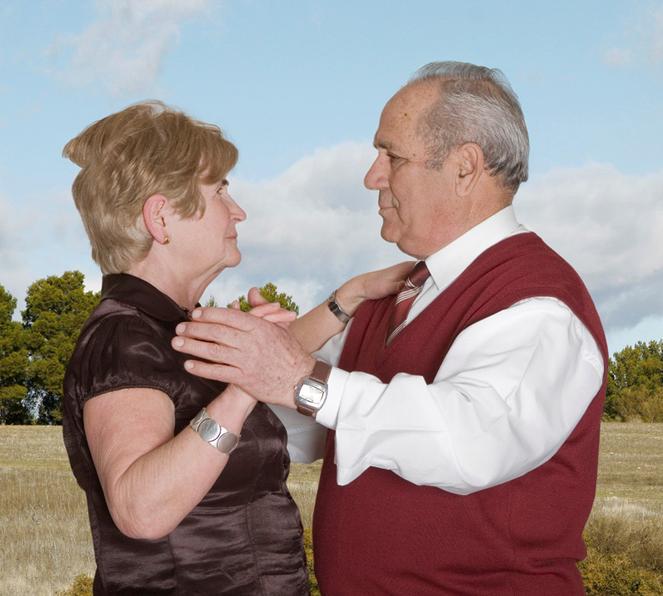 Fotógrafa registra a cumplicidade e a intimidade de casais idosos dançando 15