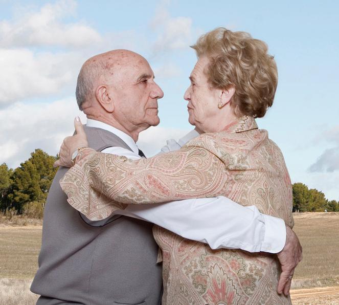 Fotógrafa registra a cumplicidade e a intimidade de casais idosos dançando 17