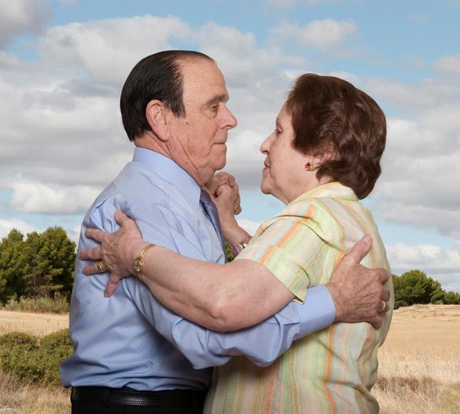 Fotógrafa registra a cumplicidade e a intimidade de casais idosos dançando 19