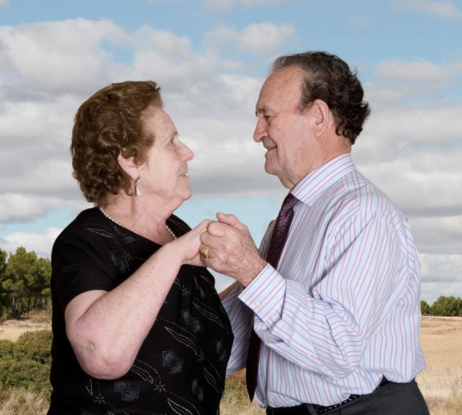 Fotógrafa registra a cumplicidade e a intimidade de casais idosos dançando 20