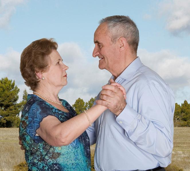 Fotógrafa registra a cumplicidade e a intimidade de casais idosos dançando 21