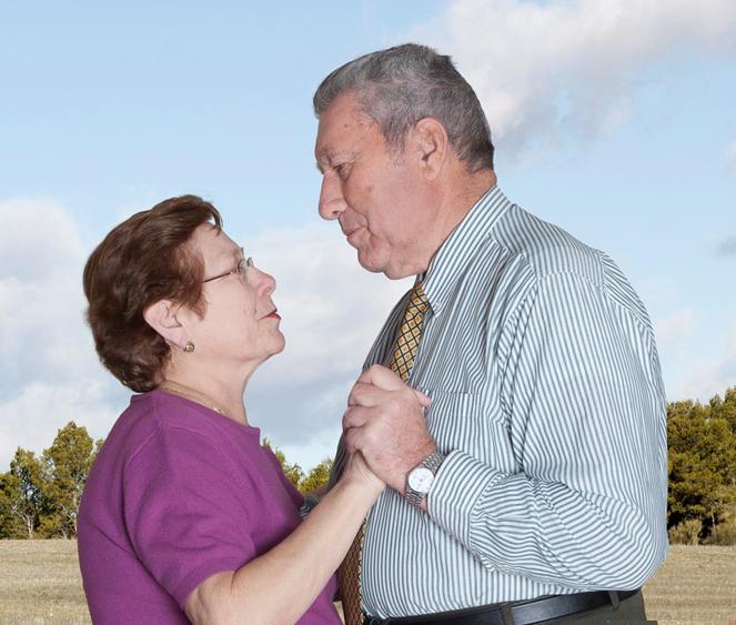 Fotógrafa registra a cumplicidade e a intimidade de casais idosos dançando 22