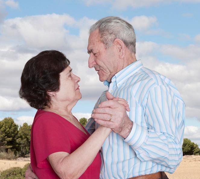 Fotógrafa registra a cumplicidade e a intimidade de casais idosos dançando 25