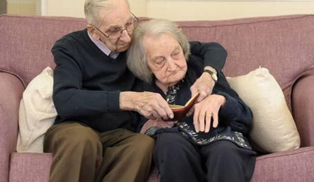 marido lê para esposa com amnésia